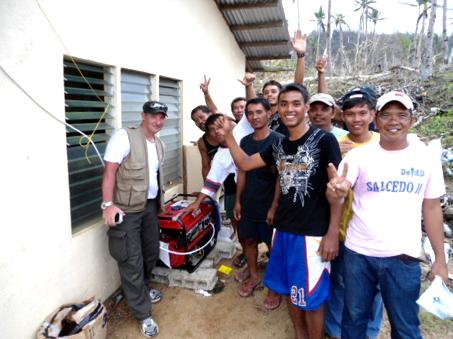 Robert Capozzela après l'installation d'un générateur électrique dans un « barangay ». © Électriciens sans Frontières