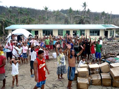 Les philippins et les bénévoles ensemble pour aider les habitants. © Électriciens sans Frontières