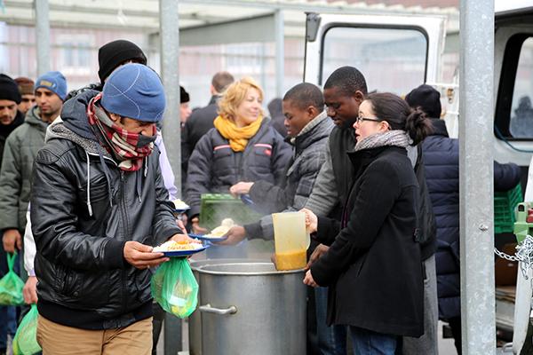Distribution de repas par l'Auberge des migrants. © ASSOCIATION MINE DE RIEN