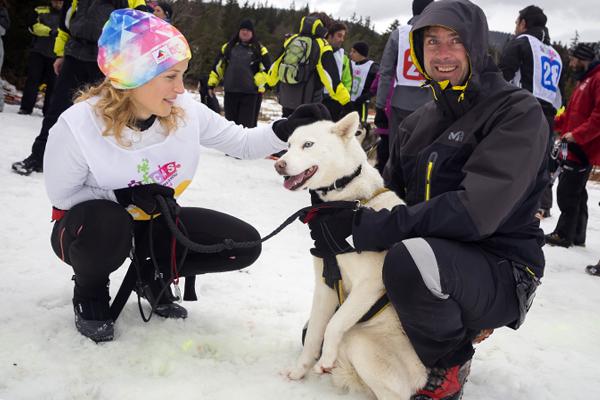 Course de relais par équipe, alternant le ski joëring (cheval) et la course avec chiens. Nathalie Barrilliot (en blanc) fait connaisance de son compagnon de route©E.Raz/ccas