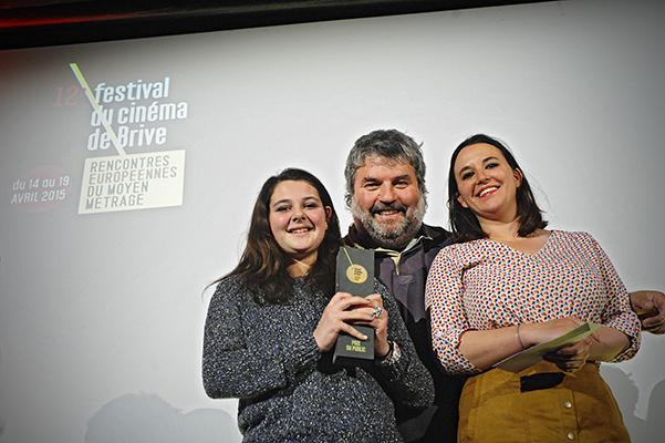 Patrick Vialatte, président de la CMCAS Tulle-Aurillac, a remis le prix du public à Héloise Pelloquet et l'actrice principale de son film Comme une grande©J.Marando/ccas