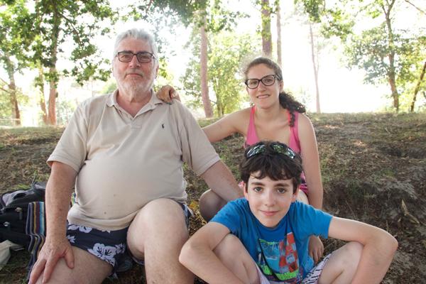 Bernard Mahé et ses deux petits enfants Julie et Tom © Noémie Coppin/ccas
