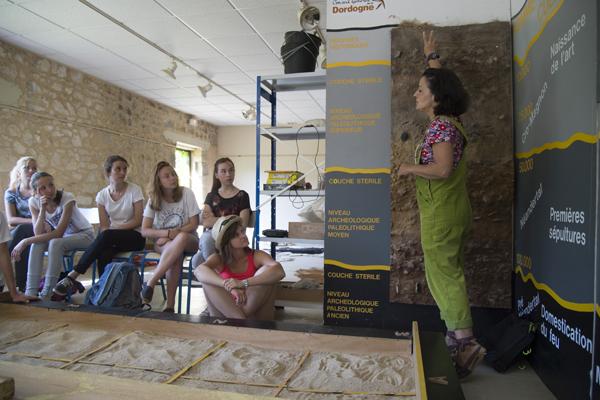 Les différentes couches archéologiques expliquées par Cécile Gizardin aux 15-17 ans © Julien Millet/ccas