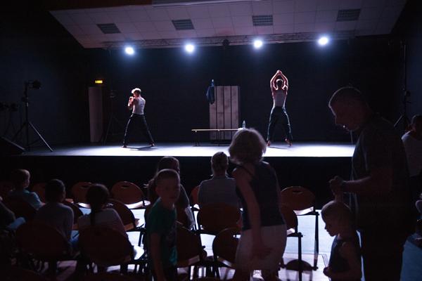 Le théâtre physique d' « Un Poyo Rojo » © Sébastien Le Clezio/ccas