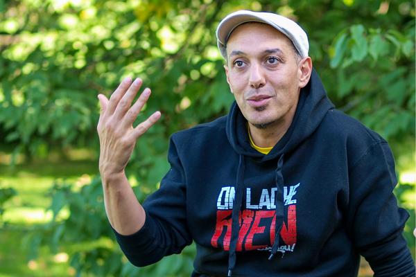 Kaddour Hadadi, chanteur engagé de HK & les Saltimbanks ©T.Princep