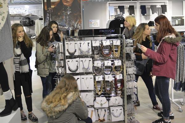 Les Filles dévalisent les boutiques ! © Didier Delaine/ccas