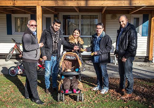 Famille de réfugiés albanais logés dans un bungalow CCAS © Éric Raz/CCAS