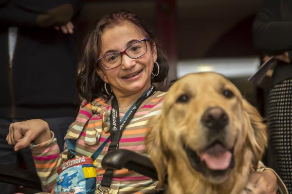 Emmanuelle Beck-Rigola et son chien d'accompagnement Impoo, lors de la cérémonie officielle en son honneur © Eric Raz/CCAS