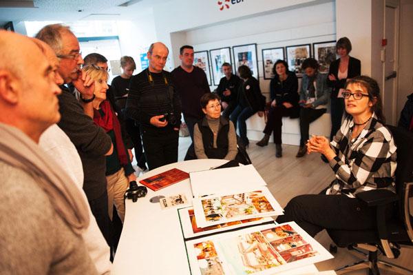 Dans la boutique EDF d'Angoulême, rencontre entre les memebres du séjour passion et l'auteur de BD Isabelle Dethan © SLeClézio/CCAS