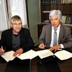 Michaël Fieschi et Jean-Claude Eyraud, président de la Mutuelle d'Action Sociale 04-05, signent la convention de transfert de gestion du CDS de Manosque, le 19 février 2016 © Joseph Marando