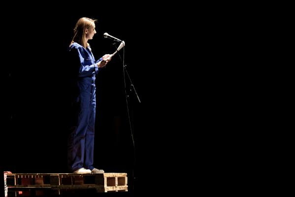 La mise en scène des lectures par le comédien Métélok amène le décor de l'entreprise et de l'usine sur scène © Tiffany Princep /CCAS