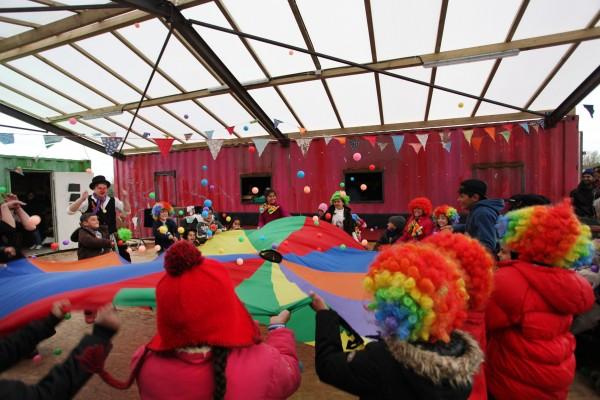 Atelier théâtre pour les tous petits animé par les volontaires anglais. Les enfants s reprennent vie depuis mars et leur transfert dans le camp de la Linière à Grande-Synthe