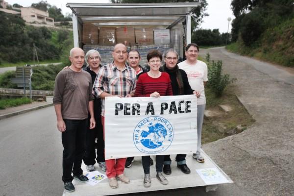Les collègues de Per a Pace à Ajaccio le 2 avril dernier Dans les véhicules également les dons de particuliers (Pays ajaccien, Taravo, Balagne,…) du Secours populaire, de l'association Rinascitta…
