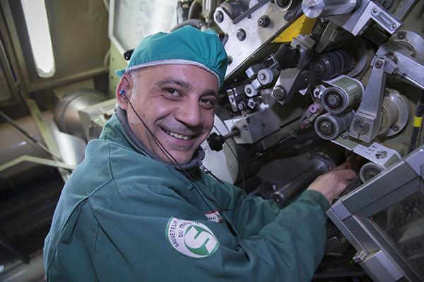 FRÉDÉRIC garabedian, Opérateur polyvalant, entretient une machine C2000 Montania servant à la mise en sachets double chambre du thé©E.Raz/ccas