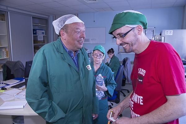 Dominique Basset (à gauche) et Xavier Imbernon en discussion dans le laboratoire ©E.Raz/ccas