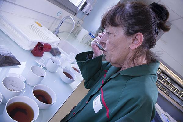 Nadine FRIQUET, Responsable du Sce Qualité, déguste un thé noir de Ceylan afin de le valider©E.Raz/ccas