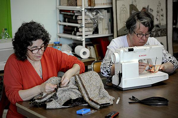 Véronique Collomb responsable de l'atelier couture/jeux d'aiguilles/CMCAS de Béziers, et Dominique Parra adhérente de l'atelier couture © Joseph Marando