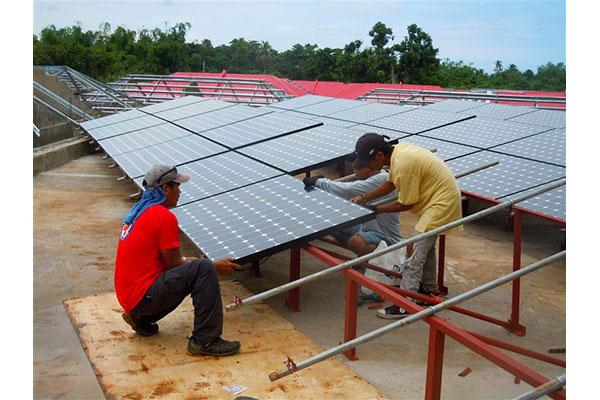 Installation d'une ferme solaire à Daanbantayan (Philippines), octobre 2015 © Electriciens sans frontières