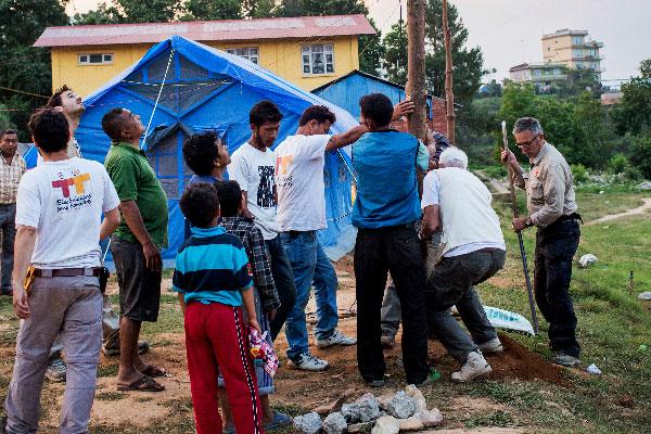 Installation d'un panneau photovoltaïque après le tremblement de terre au Népal, juin 2015 © Alexandra Lebon