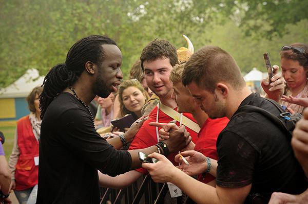 Youssoufa signe des autographes et rencontre son public après le concert de la Grande Scène © Joseph MARANDO/CCAS