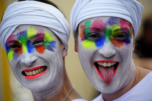 Camille Tassot, bâtisseuse du stand de la région Poitou Charente, et Julie Sépé, à la régulation, travaillent toutes les deux à la centrale de Civeaux (CMCAS Poitiers). Elles font partie des huit danseurs au milieu de la foule pendant la Holi, grande fête de couleurs. © J. Marando/cca