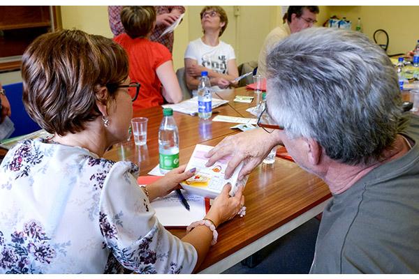 Décryptage d'étiquettes. CMCAS Strasbourg-Sélesta et Camieg : Ateliers Prévention Santé-Nutrition. Encadrés par Mélanie Le Morzédec, diététicienne nutritionniste à Strasbourg © Elise REBIFFFE
