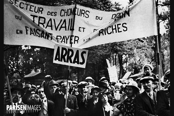 Front Populaire. Défilé devant le mur des Fédérés pour l'anniversaire de la Commune. Paris, 24 mai 1936 © Albert Harlingue / Roger-Viollet