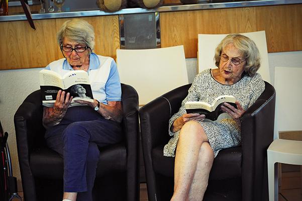 """A droite, Marie-Josèphe Bonnin lit le livre d'Éric Paradisi. """"Blond cendré"""". A gauche, Christiane Fleury résidente ©J.Marando/ccas"""