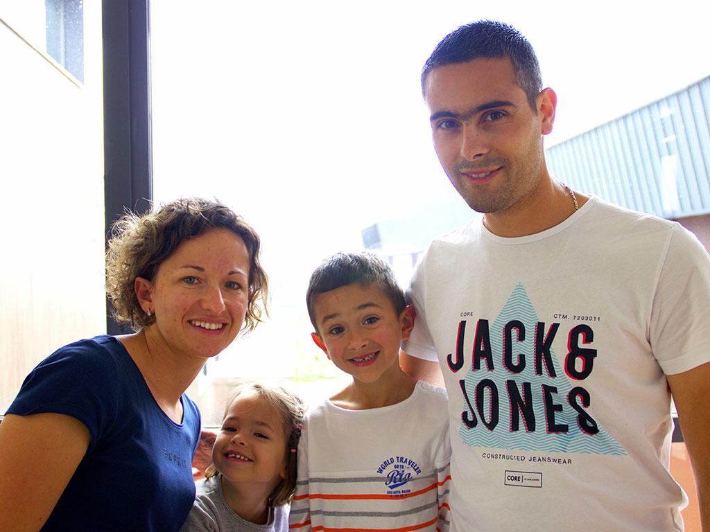 Coralie et Romain Pellegrin, agent de maîtrise EDF dans l'Ain, et leurs enfants Inès et Louison © N.Coppin/ccas