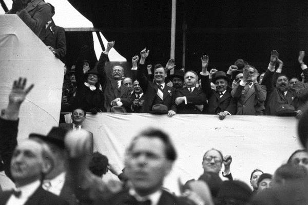 Manifestation du Rassemblement populaire, 14 juillet 1936. Dans la tribune, de gauche à droite : Thérèse Blum, Léon Blum, Maurice Thorez, Roger Salengro, Maurice Viollette, Pierre Cot. ©Agence de presse Meurisse via Wikimedia Commons