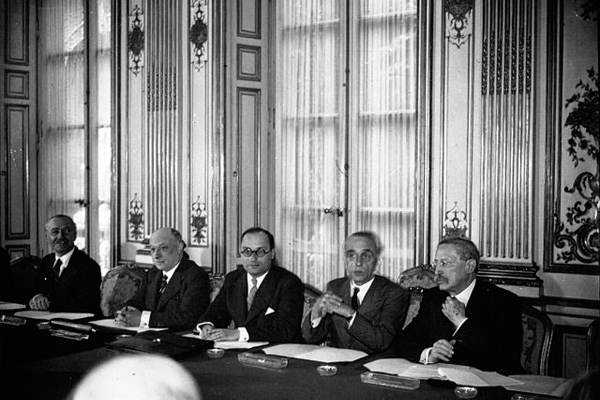 Le nouveau ministère formé par M. Chautemps à l'Hôtel Matignon : de droite à gauche M.M. Blum, Faure, Zay, Rucart et Brunet : 1937 ©Agence de presse Meurisse via Wikimedia Commons