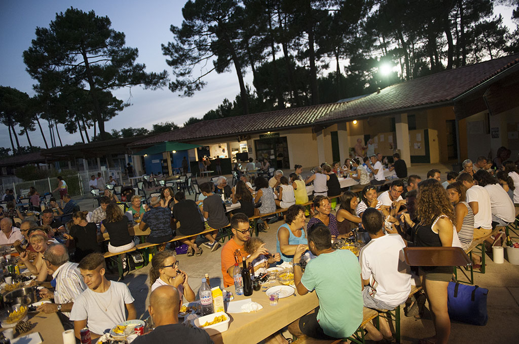 Sur la terrasse du centre de vacances des Mathes, dîner commun entre vacanciers - © S. Le ClezioSébastien LeClezio/ccas