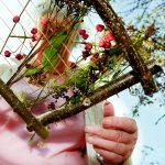 Création de tissages sur un cadre en bois avec des ficelles comme fil de chaîne, et les éléments de la nature composeront le fil de trame ©E.Rebiffé/ccas