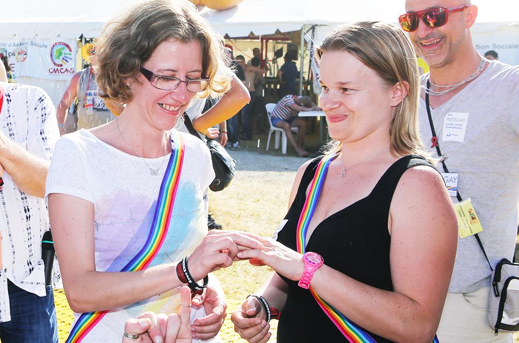 Festival des Energies 2014 des agents des Industries Électrique et Gazière à Soulac Mariage Gay ( Sabrina et Alexandra) au stand Nord Pas de Calais avec ENERGAY ©C.Crié/CCAS