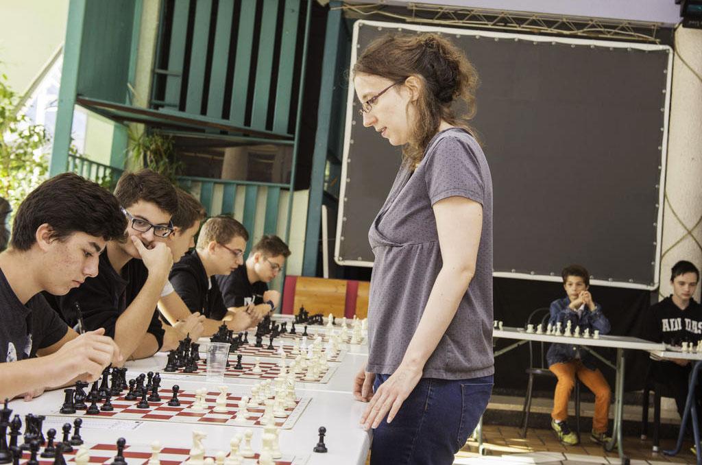 Marie Sebag, grand maître international (GMI) féminin, à l'épreuve en cette matinée dans une partie en simultané face aux jeunes en colo CCAS au Cap. Ils étaient 91 au total à participer à la colo échecs. ©D.Delaine/CCAS