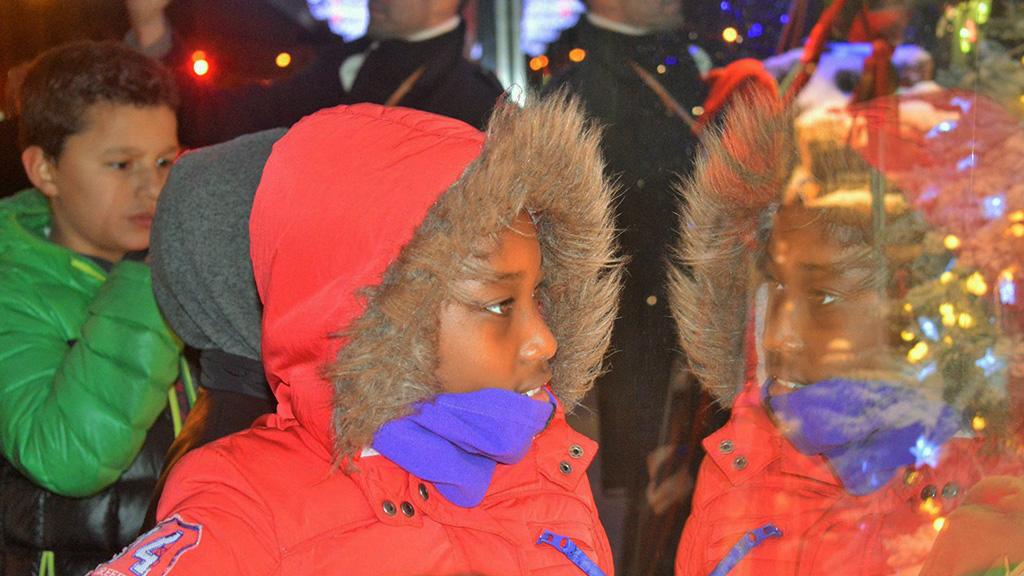 Portrait d'un enfant devant les vitrines de Noël pendant le séjour à Paris organisé par la CMCAS de Mulhouse. ©DR/CCAS