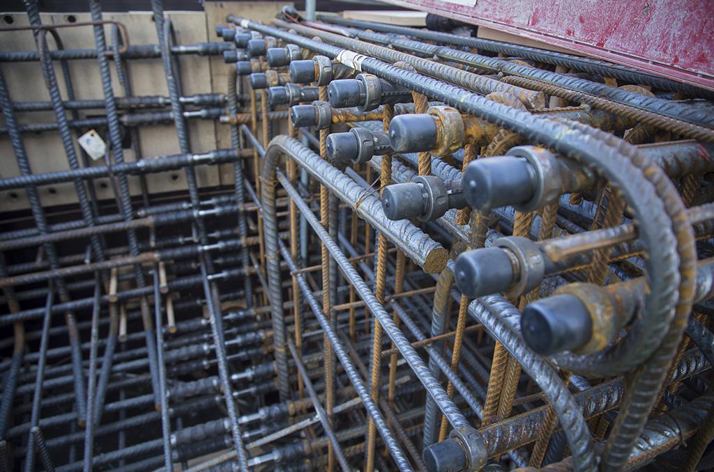 Le ferraillage du béton atteint dans certaines zones des densités exceptionnelles. Alors que l'on compte en moyenne 200 à 250 kg d'acier par m3 de béton armé, on atteint dans certaines zones particulièrement stratégiques 600, voire 750 kg acier/m3. ©E.Raz/CCAS