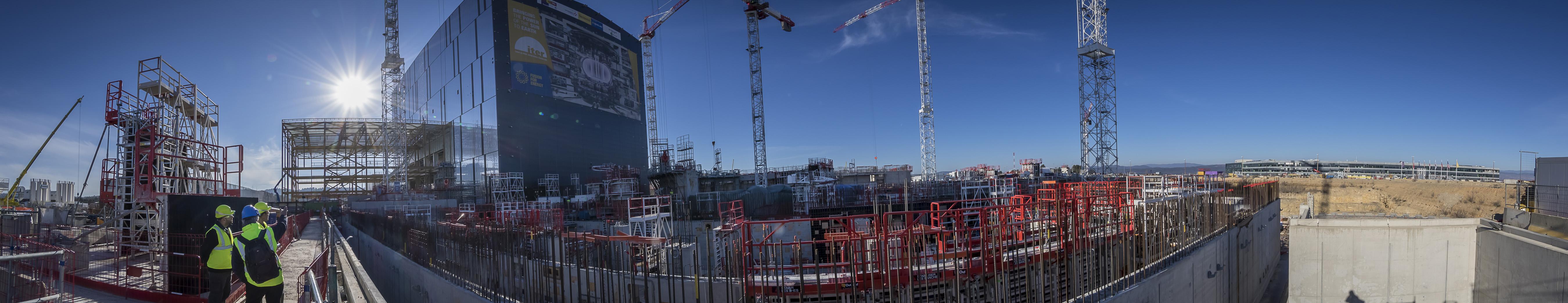 Le cœur de la plateforme ITER (42 ha) est occupé par le Complexe Tokamak (7 niveaux dont 2 souterrains) dont les premiers niveaux commencent à émerger. Au centre de ce bâtiment de 440 000 tonnes, le Bâtiment Tokamak, qui abritera la machine. Côté nord, le Bâtiment Tritium, dans lequel sera géré et stocké le tritium (isotope de l'hydrogène qui constitue, avec le deutérium, le « combustible » d'ITER et des futurs réacteurs de fusion). Côté sud, le Bâtiment Diagnostics qui abrite tous les systèmes qui vont ausculter le plasma en temps réel. Quand le Complexe Tokamak aura atteint son 5e niveau, une structure métallique viendra prolonger le Hall d'Assemblage, de manière à ce que le pont roulant puisse positionner les pièces à assembler dans le « puits » du Tokamak. ©E.Raz/CCAS