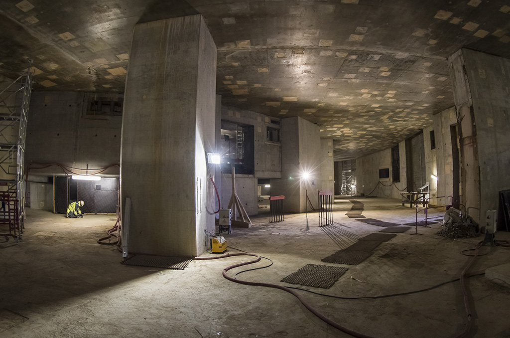 18 colonnes massives, dressées sur le plancher de l'installation (lequel repose sur un système de protection parasismique) constituent la structure de support du bâtiment Tokamak. Sur l'image, on est entre le plancher et le deuxième niveau souterrain. Ces colonnes, fortement armées, se prolongeront sur une hauteur de 30 m. ©E.Raz/CCAS