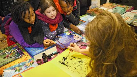 Visite du Salon du livre jeunesse de Montreuil par les enfants de la CMCAS Languedoc, décembre 2017. Dédicace de l'illustratrice Judith Gueyfier.
