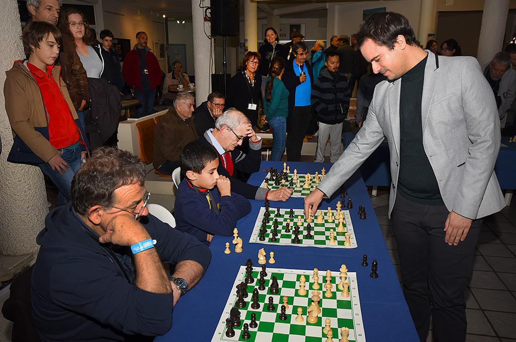 Romain Édouard, Grand maître international, s'est opposé à une douzaine de joueurs d'échecs en même temps.