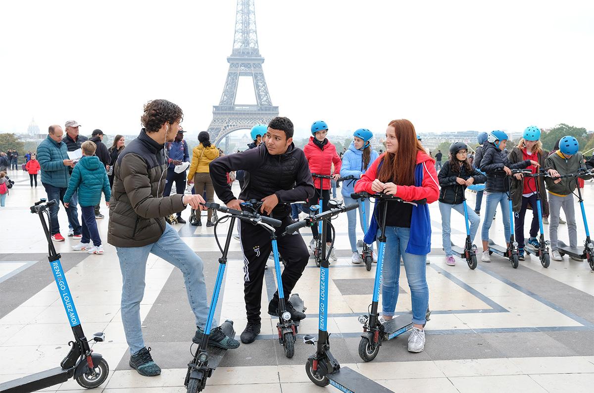 Trottinette électrique au Trocadéro (Paris XVIe). Colo 15-17 ans, Nouvelles mobilités, octobre 2019.
