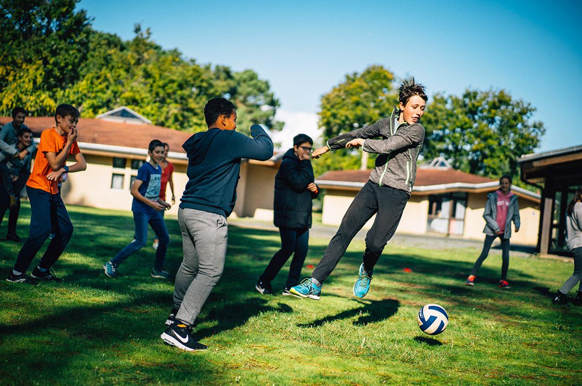 Un petit foot à la pause de midi. Colo 12-14 Passion Sport à Soulac (Gironde), octobre 2019.