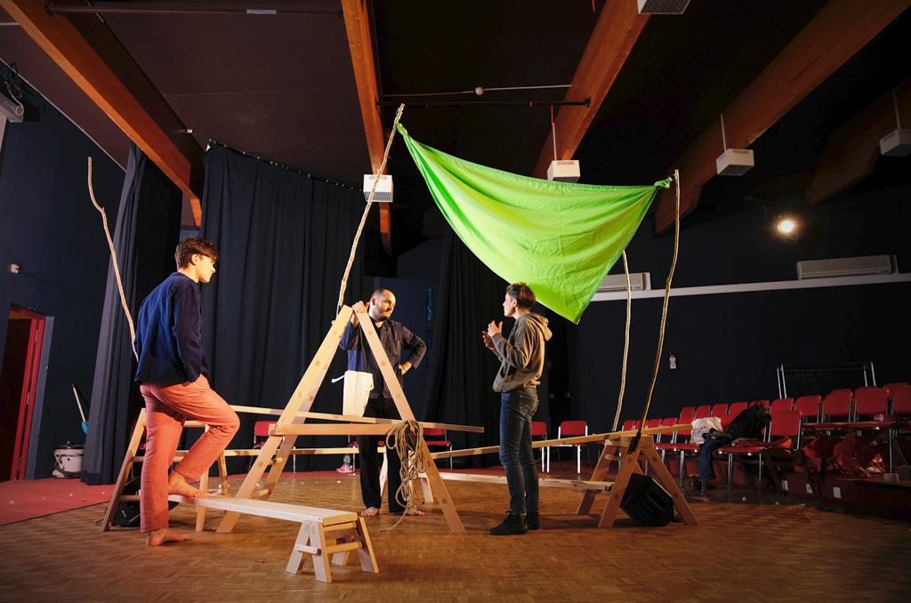 """Accueillis au village vacances de Morgat, dans le Finistère, les comédiens, la metteure en scène et le créateur sonore de la pièce """"Martin/Gabriel et plus personne"""" travaillent ce spectacle qui sera joué cet été à la CCAS, dans le cadre des rencontres culturelles."""
